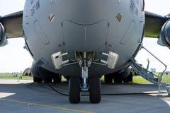 战略和作战airlifter波音C-17 Globemaster III的前面起落架 库存图片
