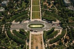 战神广场公园和绿叶看法在一个晴天,看从艾菲尔铁塔在巴黎 库存图片