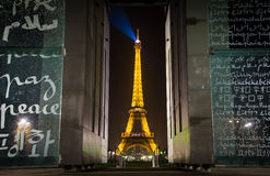 战神广场和平纪念碑和埃佛尔铁塔 免版税图库摄影