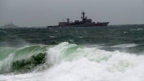 战舰在风大浪急的海面 免版税库存照片