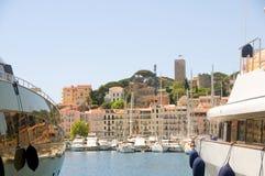 戛纳市法国老里维埃拉二条游艇 免版税库存图片