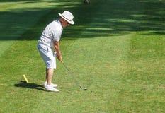 戛纳高尔夫球场,法国- 2017年8月15日:一个未认出的人打高尔夫球在戛纳Mougins高尔夫俱乐部,法国 免版税库存照片