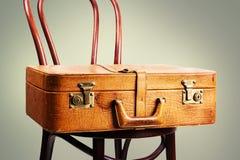 截去的包括的皮革路径手提箱葡萄酒 免版税库存图片