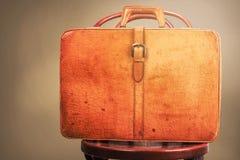 截去的包括的皮革路径手提箱葡萄酒 免版税库存照片