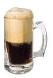 截去黑暗的泡沫题头路径搬运程序的啤酒 免版税库存图片