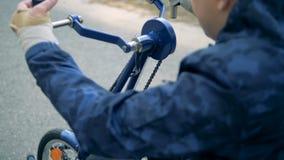 截瘫患者人通过移动有他的胳膊的轮椅加强他的上身 股票视频