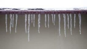 截去在停止的冰柱下查出白色的路径屋顶 股票视频