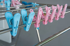 截去挂衣架布料颜色蓝色桃红色塑料概念 库存图片