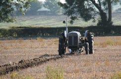 截去的查出的路径拖拉机葡萄酒白色 免版税库存图片