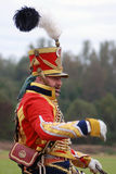 戴与羽毛的红色统一的战士一个帽子 库存照片