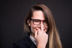 戴做淫秽标志的眼镜的女商人 图库摄影