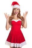 戴圣诞老人帽子的惊奇的圣诞节妇女 免版税库存图片