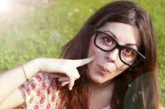 戴大眼镜的女孩在公园 免版税库存照片