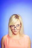 戴大眼镜的怀疑少妇 图库摄影