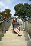 戴大黑太阳镜的时髦的迷人的少妇画象和嬉皮称呼塑造铁笔的clothesPregnant少妇 免版税图库摄影