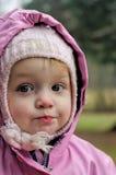 戴头巾外套的女孩一点 免版税库存照片