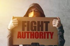 戴头巾活动家抗议者藏品战斗当局抗议标志 库存照片