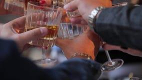 戴威士忌酒杯酒精和眼镜的人们庆祝在桌上 人的手戴威士忌酒眼镜的  股票录像
