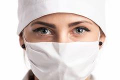 戴屏蔽和帽子的一位新女性医生的特写镜头 库存图片