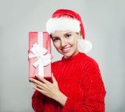 戴有礼物的圣诞节妇女圣诞老人帽子 免版税库存图片