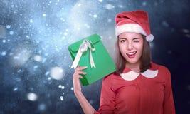 戴有xmas礼物的性感的亚裔女孩圣诞老人帽子 库存照片