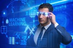 戴未来派眼镜的商人在机器学习概念 免版税库存照片