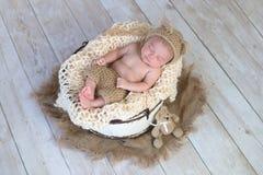 戴熊帽子的男婴 库存图片