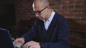 戴眼镜的商人键入在膝上型计算机键盘的文本 自由职业者的工作 影视素材