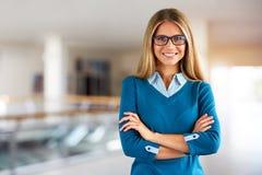 戴眼镜的愉快的妇女在商业中心 库存照片