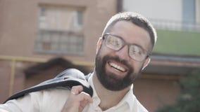 戴眼镜的有胡子的商人微笑在街道上的 日志伽玛 股票视频