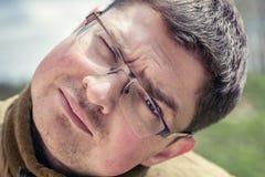 戴眼镜的滑稽的惊奇的人 免版税库存图片