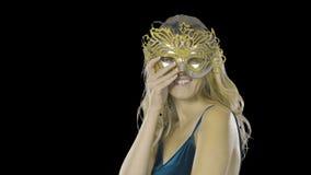 戴着一个威尼斯式化妆舞会狂欢节面具的性感的妇女在一个党,在被隔绝的背景 欢乐构成和礼服 股票录像