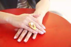 戴着一只大金戒指的妇女手 免版税图库摄影