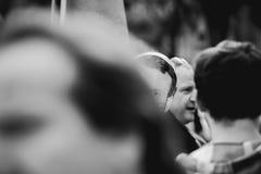 戴着伊曼纽尔macron面具的人在抗议 免版税图库摄影