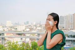 戴着保护面具的亚裔妇女反对PM 2 r ?? 库存照片