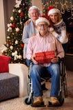 戴着在圣诞前夕的家庭画象圣诞老人帽子 库存照片