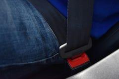 戴着牛仔裤和蓝色衬衣安全带的特写镜头人锁,驾驶 库存照片