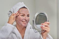 戴着面罩的可爱的妇女 免版税库存照片