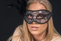 戴着黑面具的一名美丽的白肤金发的妇女的画象 方式 免版税图库摄影