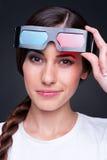 戴立体声眼镜的新女性 免版税库存图片