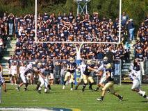 戴维斯,加州- 2006年10月15日:加利福尼亚大学戴维斯分校Aggies对中央阿肯色负担橄榄球赛 免版税库存图片