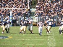 戴维斯,加州- 2006年10月15日:加利福尼亚大学戴维斯分校Aggies对中央阿肯色负担橄榄球赛 库存图片