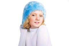 戴蓝色帽子的逗人喜爱的青春期前的女孩 免版税库存图片
