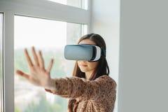 戴虚拟现实眼镜的少妇 现代技术 未来技术的概念 库存图片