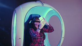 戴虚拟现实眼镜的微笑的女孩采取在她的电话的selfies 免版税图库摄影