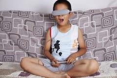 戴虚拟现实眼镜的男孩 免版税图库摄影