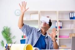 戴虚拟现实vr眼镜的年轻设计师 免版税库存照片