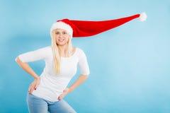 戴被风吹圣诞老人帽子的妇女 图库摄影