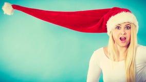 戴被风吹圣诞老人帽子的妇女 库存图片