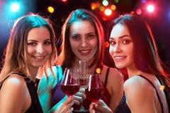 戴酒眼镜的愉快的年轻女人  免版税库存照片
